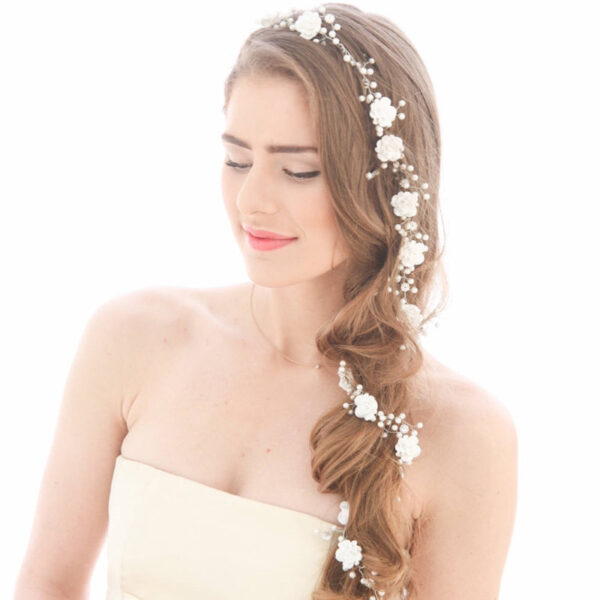 A beautiful hair vine, entirely handmade with pearl beads, small acrylic flowers and clear crystals, to sublimate your hair on your big day.