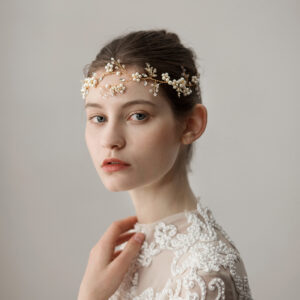 Look elegant and feel beautiful on your very special day! This stunning crystal floral & pearl hair-vine is intertwined on a wire base, making it a very versatile piece to wear.
